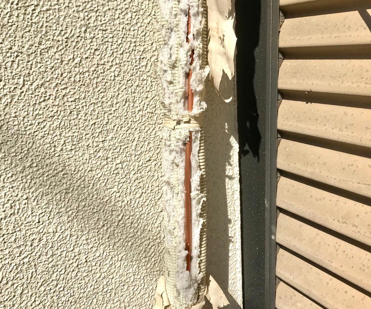 被覆が破れたエアコン配管